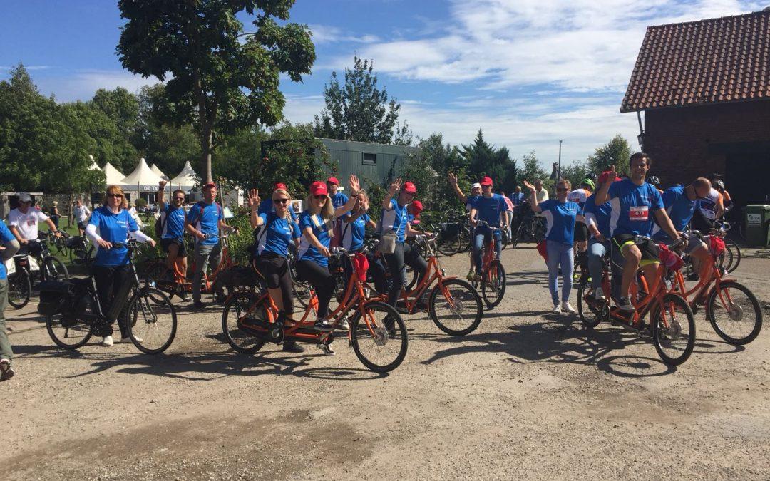 Collega's van Nobels Group op de fiets bij Olmenhorst in Lisse tijdens de deelname aan Ride for the Roses
